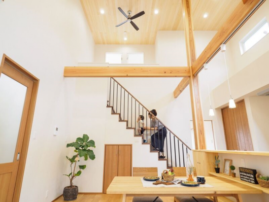 板張りの勾配天井