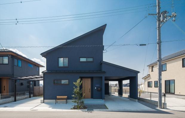 急勾配の屋根に性能充実の家