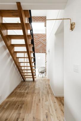 玄関を開けると広がる明るく開放的な吹抜階段