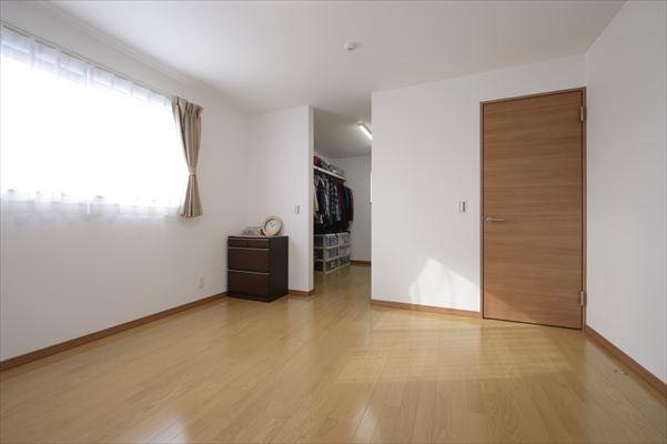 広いウォークインクローゼットの寝室