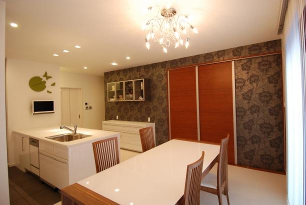 ダイニングキッチン 飾り棚と収納たっぷりのチェスト