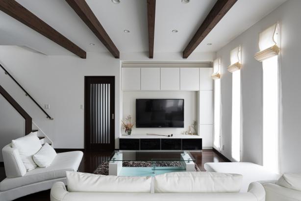 リビングの天井は一段と高さをとり、システム収納ですっきりとまとめて。