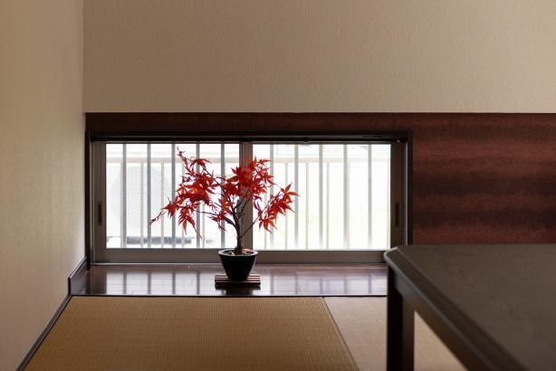 採光窓を低い位置に 壁装飾を施し趣のある空間に