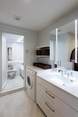 洗面ドレッシングは清潔感のあるホワイト系 機能性も充実