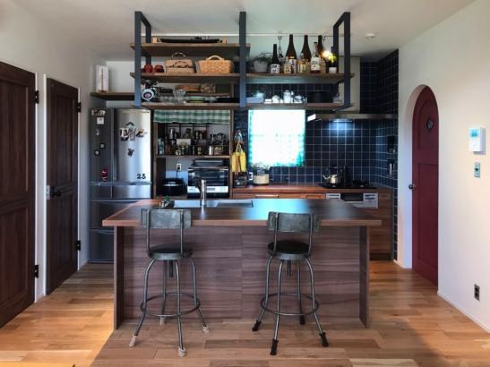 アイアンを使い雰囲気のあるキッチン
