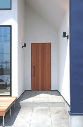 南洋桜の無垢材で造り上げたオリジナルの玄関ドア