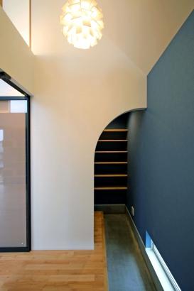 リビングからの勾配天井にはデンマーク製の照明とシュークロークが綺麗に配置された玄関