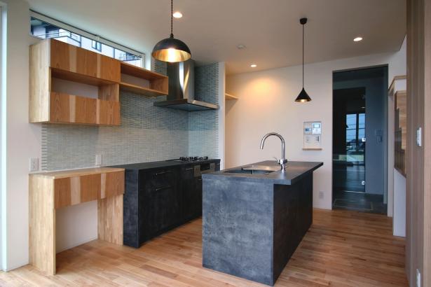 タイルと造作収納と2列キッチンが綺麗なキッチン周り