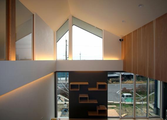 階段踊り場から見る景色 晴れた日には大きな窓から琵琶湖が眺める