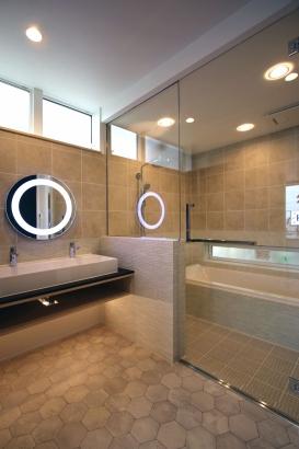 造作で造り上げ外国製タイルで仕上げた美しい洗面化粧台と浴室はガラス張りで一体に