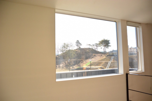 四季を感じられる絵画のような大きな窓