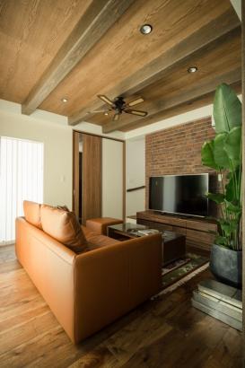 魅せ梁+天井板でよりヴィンテージ感が出ているリビング