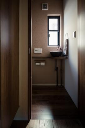 アンティークな建材で雰囲気のあるトイレ