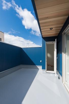レッドシダーの軒天と濃紺のガルバリウム鋼板