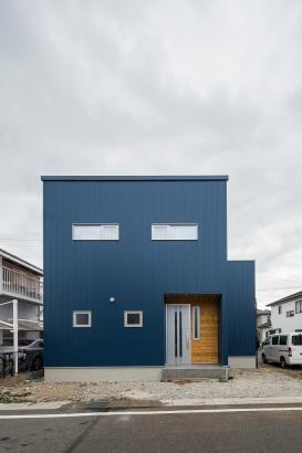 濃紺のガルバリウム鋼板を使った外観