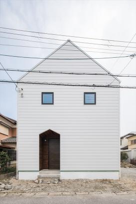 三角屋根と三角玄関のリンクがお洒落