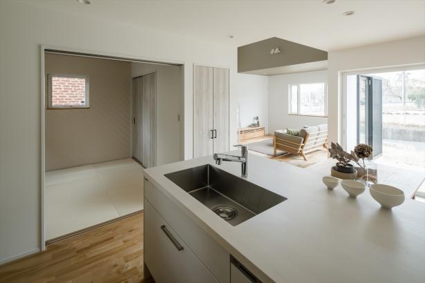 白で統一感のあるキッチンと和室スペース