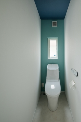 2色のアクセントクロスでスタイリッシュなトイレ