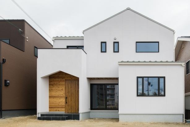 屋根に合わせた三角の玄関ポーチが特徴的なお洒落な外観