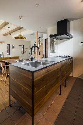 水栓とレンジフードをブラックで統一したキッチン