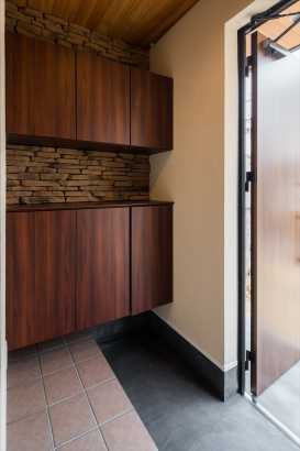 木とタイルのかっこいい玄関