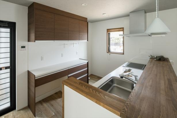 作りたてのお料理をサッと置くのに便利な幅広のキッチンカウンター