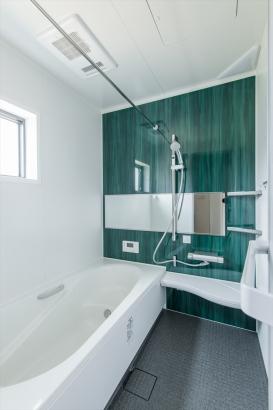鮮やかなグリーンで爽やかな浴室