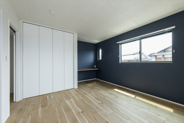 白×木×ネイビー 相性のいい組合せの寝室