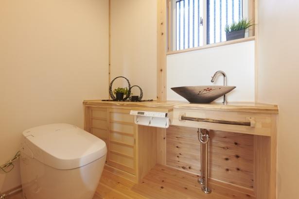 良い木の香で長居してしまうトイレ