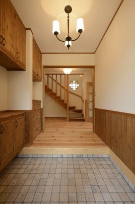 タイル敷き玄関・造作収納・螺旋階段・飾り窓