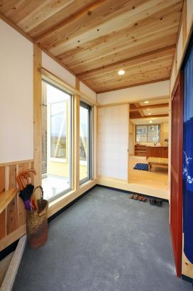 玄関土間・暖簾の右奥はシューズクローク