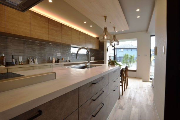 インテリアの一部として空間を彩るダイニングキッチンもニュアンスカラーと木目調でコーディネイト